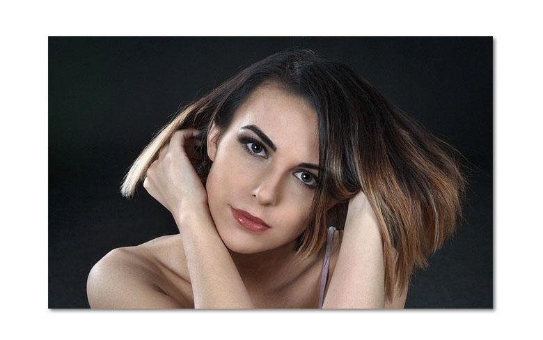 アロマキフィシャンプーを使用する女